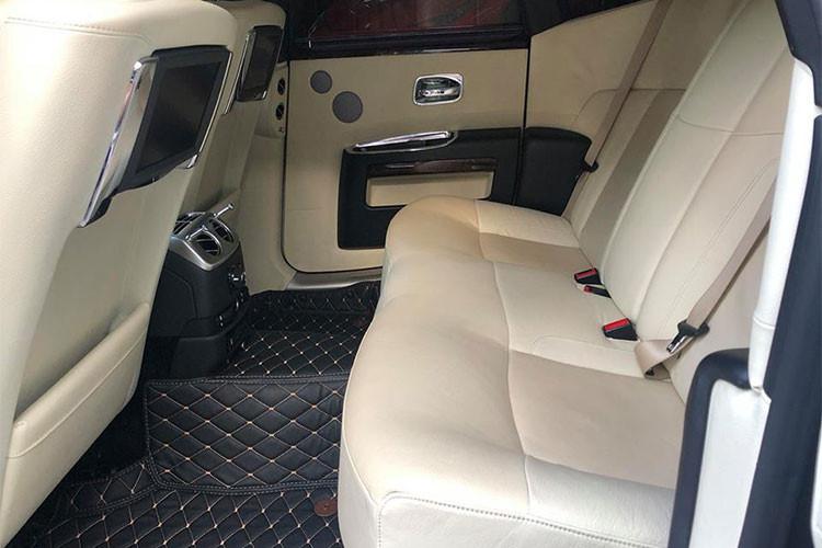 """Đặc biệt, hệ thống ghế ngồi bên trong Ghost còn được sắp xếp theo """"cấu hình rạp hát"""" sao cho mọi hoạt động vốn không ảnh hưởng đến người lái có thể được điều chỉnh từ ghế sau. Tất cả hoạt động đều được hiển thị trên hai màn hình LCD 9,2 inch đặt trên mặt sau của ghế trước..."""