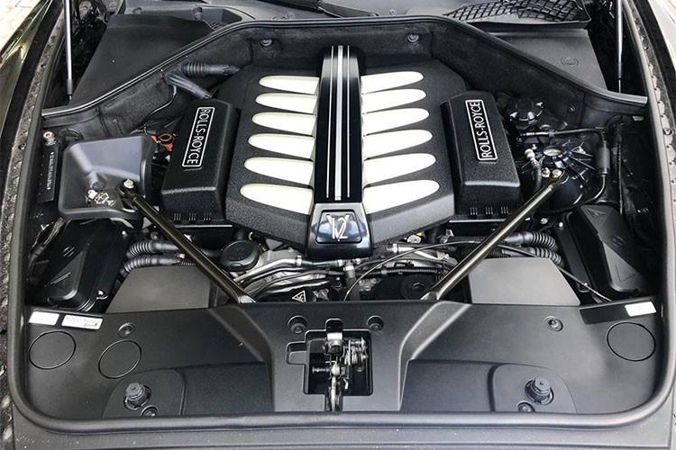 Rolls-Royce Ghost đang được ông chủ công ty nhập khẩu siêu xe quận 5, TP HCM rao bán thuộc thế hệ đầu tiên, chiếc xe này được trang bị động cơ V12, dung tích 6,6 lít, tăng áp kép, cho công suất tối đa 562 mã lực và mô-men xoắn cực đại 780 Nm. Động cơ kết hợp cùng hộp số tự động ZF 8 cấp, nhờ đó, Rolls-Royce Ghost mất khoảng 5 giây để tăng tốc lên 100 km/h từ vị trí xuất phát. Vận tốc tối đa 250 km/h.