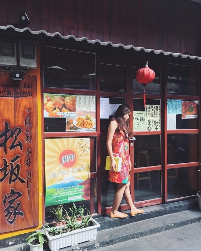 Không giống nhưsự ồn ào và náo nhiệt bên ngoài những con đường lớn Sài Gòn, tại đây bao trùm không gian trong những con hẻm là sự yên tĩnh và nhẹ nhàng đến lạ thường. Với những bản nhạc không lời của Nhật Bản cùng những cảnh trí xung quanh, du kháchthực sự cảm nhận được một không gian văn hóa Nhật Bản tưởng chừng như xa xôi rồi giờ lại hiện hữu nơi đây.Ảnh:im_phuongle