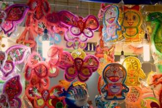 Lồng đèn giấy kiếng hình các nhân vật hoạt hình được bày bán cho mùa Trung thu năm nay.