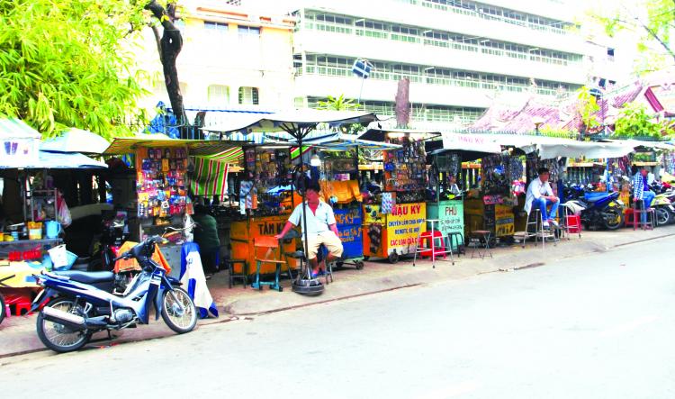 Tại TP.HCM về phía Chợ Lớn có hẳn một đoạn đường tập trung nhiều thợ làm khóa.