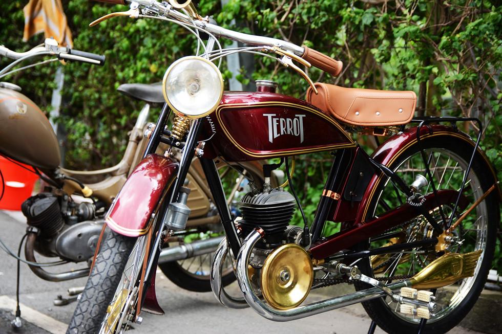 Chiếc xe gắn máy Terrot cổ điển nguyên bản với thiết kế truyền thống từ đầu thế chiến thứ 2 (1939) HOÀI NHÂN