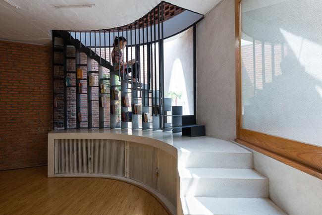 Hệ cầu thang, giá sách kiêm góc nghỉ ấn tượng.