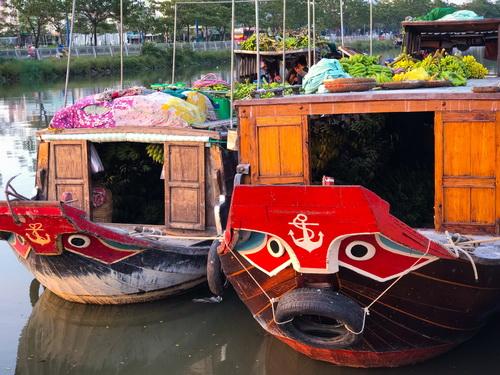 Cuối ngày, cùng nhịp sống sôi động giữa lòng phố là những ghe thương hồ từ Vĩnh Long cập bến Bình Đông.