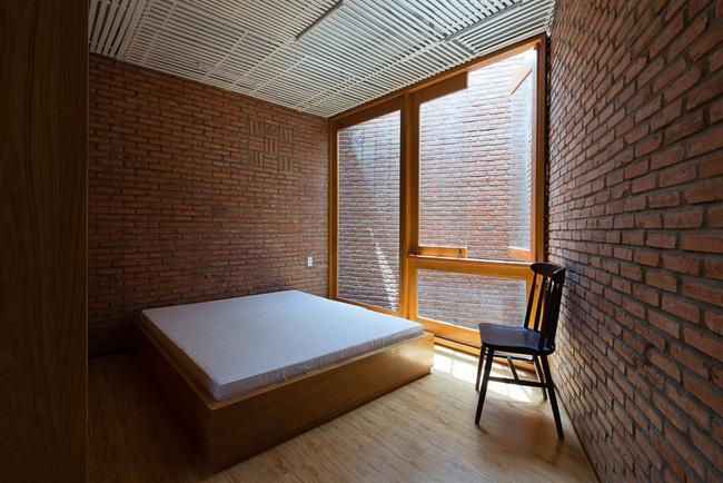 Phòng ngủ có lớp trần bằng gỗ có tác dụng chống nóng.