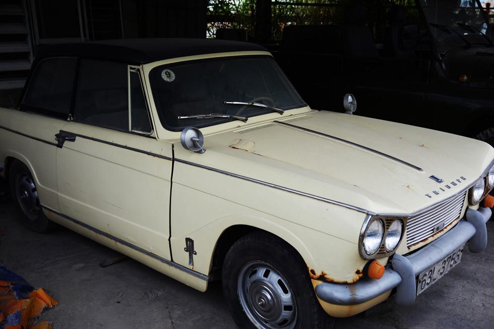 Một chiếc Triumph trong kho ô tô cổ. Với ông Giang, mỗi chiếc xe mình sở hữu đều là một cái duyên HOÀI NHÂN
