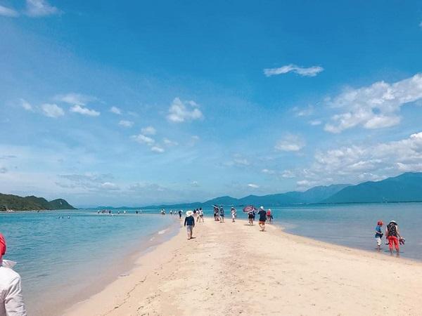 Điệp Sơn:Quần đảo Điệp Sơn gồm 3 hòn đảo nhỏ, nằm ở vịnh Vân Phong, tỉnh Khánh Hòa. Đây được xem là hòn đảo thiên đường du lịch hot nhất trong mùa hè. Để tới Điệp Sơn, bạn phải xuất phát từ thị trấn Vạn Giã và mất 1 giờ lênh đênh trên biển. Ảnh:Lunangocnguyen85