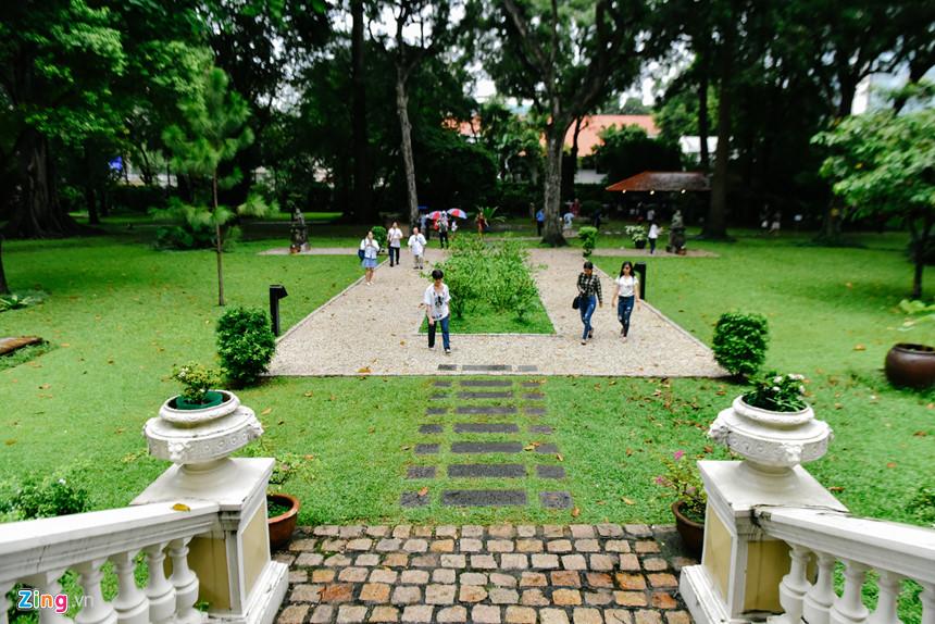 Trò chuyện với khách tham tham và các phóng viên, Tổng lãnh sự Floreani cho biết ông rất thích không gian xanh của tòa dinh thự, với những tán cây có tuổi đời hơn 150 năm và nhiều loài động vật như sóc, chồn và một số loài chim quý. Toàn bộ khuôn viên dinh thự, gồm tòa nhà và khu vườn, có tổng diện tích 15.000 m2, đây được xem là khu vườn tư nhân rộng nhất TP.HCM, được sử dụng để tổ chức các buổi tiệc quan trọng của Tổng lãnh sự quán Pháp, có thể chứa đến 1.500 người.