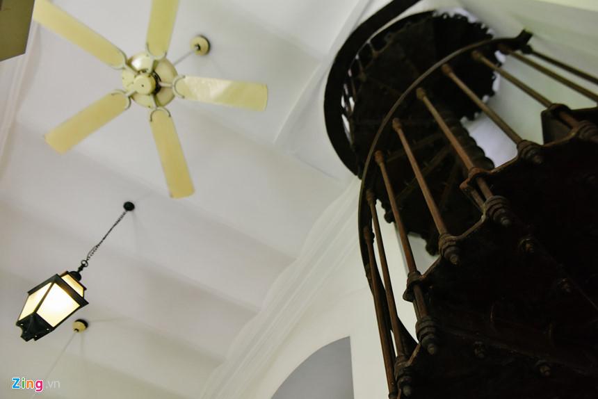 """Một trong những đặc trưng của tòa dinh thự Pháp là cầu thang xoắn ốc dẫn từ tầng trệt đến mái nhà, được ông Floreani giới thiệu là """"độc nhất vô nhị"""" tại Sài Gòn. Nguyên liệu làm nên chiếc cầu thang này là gỗ lấy từ bộ phận của một chiếc tàu chiến của Pháp, có thể tháo rời để di chuyển đến địa điểm khác trong trường hợp cần thiết."""