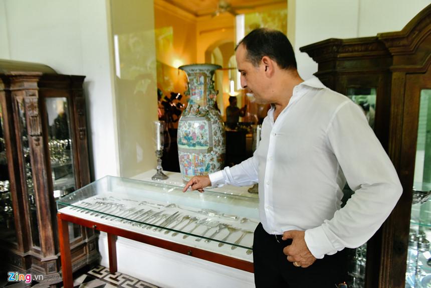Trong quá trình dẫn đoàn khách tham quan dinh thự, Tổng lãnh sự Floreani giới thiệu từng vật dụng độc đáo, ví dụ bộ sưu tập dụng cụ bếp bằng bạc có từ thời Napoleon Đệ Tam (cuối thế kỷ 19).