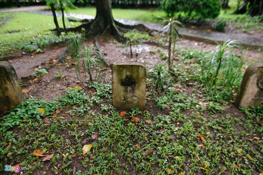 Trong ảnh là ba bia mộ không hài cốt đặt ở cuối khu vườn trong khuôn viên dinh thự Pháp. Trên 3 tấm bia có khắc biểu tượng Hồi giáo, Thiên chúa giáo và Do thái giáo, với ý nghĩa binh lính chiến đấu trong cuộc chiến tại Việt Nam không quan trọng quốc tịch nào, tôn giáo nào, đều sẽ được tưởng nhớ. Dòng chữ tiếng Pháp đề trên bia mộ ghi rõ tưởng nhớ cả chiến sĩ Pháp và Việt Nam.