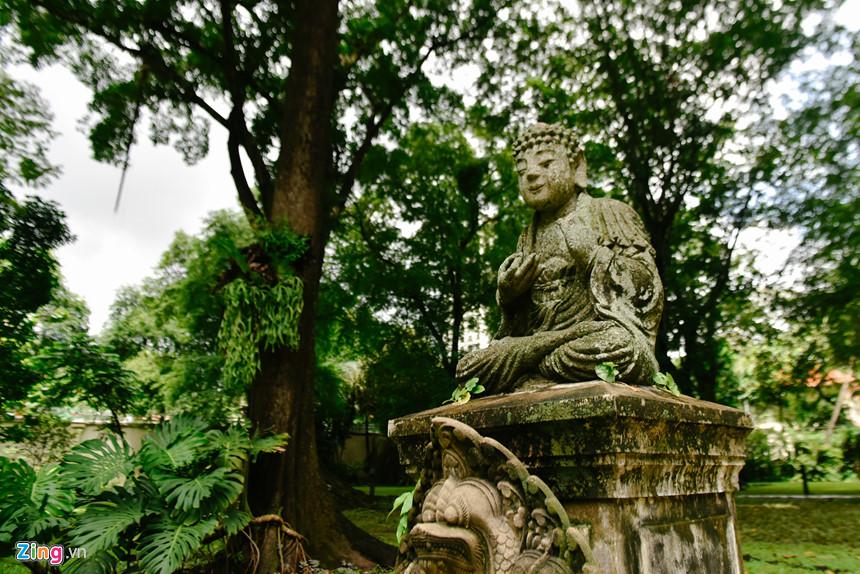 """Giữa khu vườn này là 2 bức tượng Phật, được một phụ nữ người Pháp có địa vị tặng cho Tổng lãnh sự quán từ năm 1960 sau khi bà quay về Pháp. Ông Floreani cho biết người phụ nữ này không muốn hai bức tượng bị mang ra khỏi lãnh thổ Việt Nam, đồng thời muốn Tổng lãnh sự quán cam kết giữ gìn chúng. Hàng năm, vào mỗi dịp lễ tết, người Việt Nam làm việc tại Tổng lãnh sự quán Pháp đều dâng hoa, dâng hương dưới bức tượng. """"Các đời tổng lãnh sự dù không có tín ngưỡng này nhưng họ đều rất trân trọng văn hóa của người Việt"""", ông Floreani nói."""