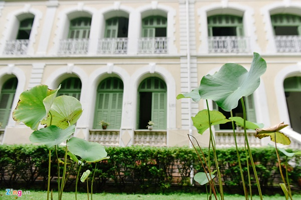 Ngoài dinh thự này, nhiều công trình do người Pháp xây dựng tại TP.HCM trong thời kỳ trên đều mang lối kiến trúc này, ví dụ Dinh Norodom (xây dựng từ năm 1868 - 1873, nay là Dinh Độc lập), Đại chủng viện Thánh Giuse Sài Gòn (xây năm 1863) hay Nhà thờ Đức Bà (xây dựng từ năm 1877 - 1880), và Bưu điện Thành phố (xây trong khoảng năm 1886 - 1891).