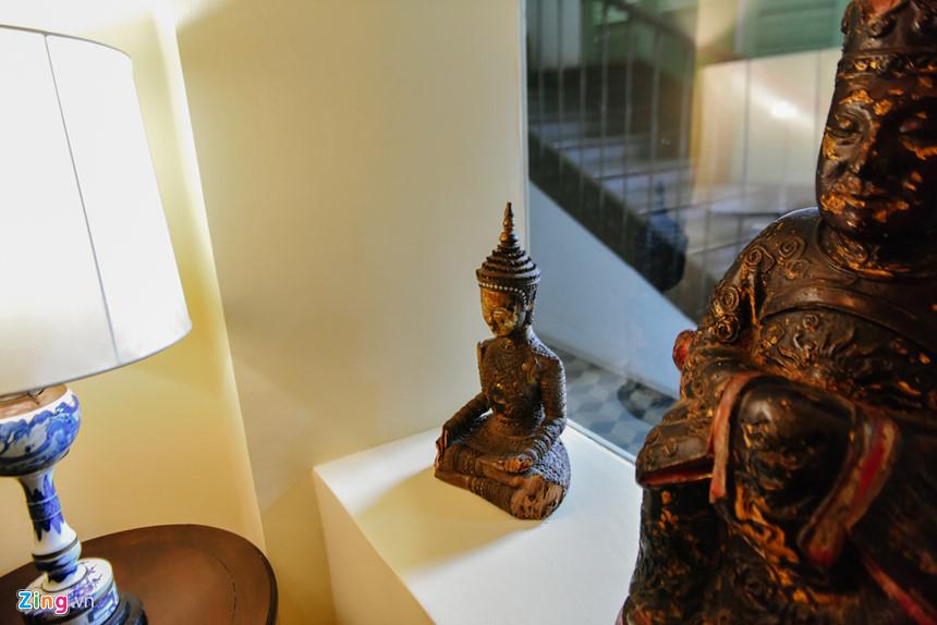 Dinh thự Pháp là nơi trưng bày nhiều hiện vật độc đáo từ nhiều nơi trên thế giới. Trong ảnh là một bức tượng Phật được đúc bằng đồng nguyên khối.