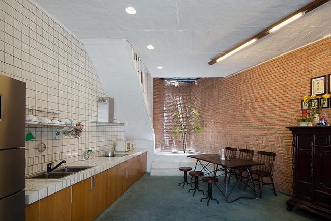 Không gian nhà mộc mạc với lối thiết kế hiện đại, nội thất nhỏ gọn.