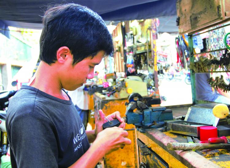 Anh Lưu Kim Hùng (26 tuổi) chủ hiệu khóa Hùng Ký đã 3 năm làm nghề.