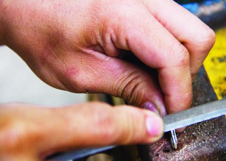 Để làm được một chiếc chìa khóa đúng mẫu người thợ phải hết sức tỉ mỉ từng chi tiết nhỏ.