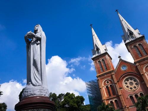 Nhà thờ Đức Bà một ngày nắng đẹp chiêm bái tượng Đức Mẹ bằng đá trắng, pho tượng được đưa từ Rome về Sài Gòn vào năm 1959. Sau lưng tượng là hai tháp chuông cao vút 60m trên nền trời thành phố. Nhà thờ hoàn tất vào năm 1880, nhưng mãi 15 năm sau hai tháp chuông mới được bổ sung.