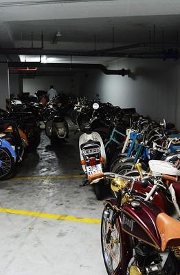 Số lượng xe quá lớn khiến ông Giang phải thuê hẳn một phần bãi giữ xe của chung cư để chứa  HOÀI NHÂN