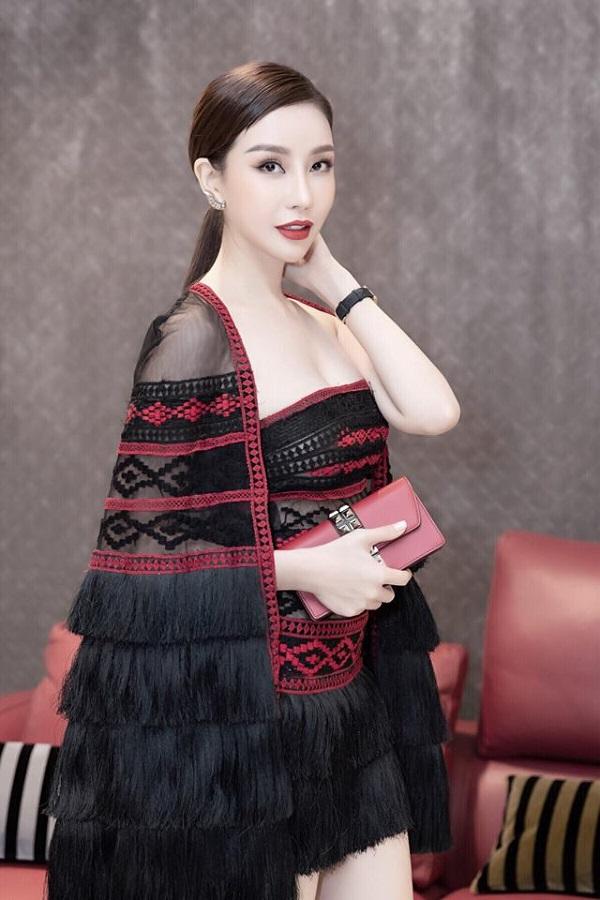 Hoa hậu doanh nhân Lam Cúc lộng lẫy trong 1 sự kiện.