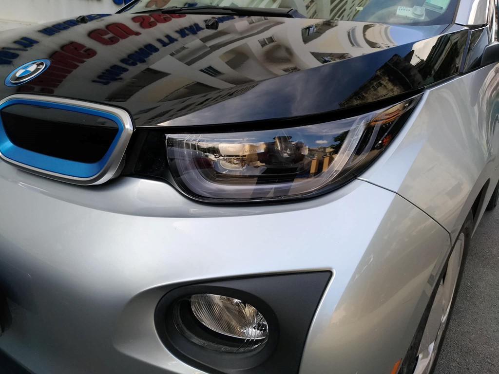 i3 là chiếc xe không tạo ra khí thải đầu tiên được BMW sản xuất hàng loạt. Thân xe được làm bằng polymer và gia cường bằng sợi carbon nhằm cải thiện mức tiêu hao năng lượng.