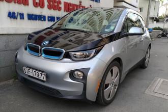 """BMW i3 đầu tiên và duy nhất về Việt Nam hồi tháng 4/2015. Mẫu xe này cùng với BMW i8 là một phần của dự án mang tên """"Project i"""", sản xuất những chiếc xe thân thiện với môi trường và có ngoại hình đi trước thời đại. Tuy nhiên, dòng i-series về Việt Nam chỉ có duy nhất một chiếc BMW i3, trong khi i8 có đến hàng chục chiếc."""