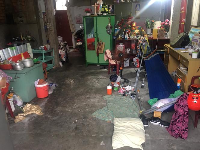 Những căn biệt thự triệu USD là nơi sing sống tạm thời của hàng chục hộ lao động nghèo