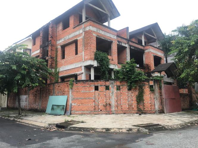 Những căn biệt thự trên 20 tỉ đồng bỏ hoang hàng chục năm nay