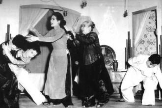 Vở Đoạn tuyệt trên sân khấu Thanh Minh - Thanh Nga năm 1960 (từ trái sang: Thanh Nga, Ngọc Nuôi, Kim Hương, Năm Sa Đéc, Việt Hùng)  ẢNH: Q.TRÂN CHỤP LẠI TỪ TƯ LIỆU
