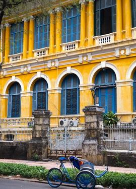 Từ Dinh Thống Nhất, xuôi theo đường Nam Kỳ Khởi Nghĩa, qua đường Nguyễn Du, chúng ta sẽ gặp một dinh thự, một công sở tuyệt đẹp: Tòa án nhân dân Thành phố Hồ Chí Minh. Là một công trình kiến trúc ra đời từ cuối thế kỷ 19, do một kiến trúc sư người Pháp mang tên Bourard thiết kế và kiến trúc sư Foulhoux trông coi việc xây dựng từ năm 1881 đến năm 1885 thì khánh thành.