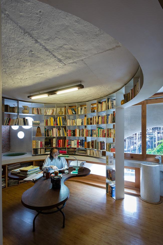 Phòng làm việc của giáo sư hình tròn với những giá sách thiết kế cực thông minh.