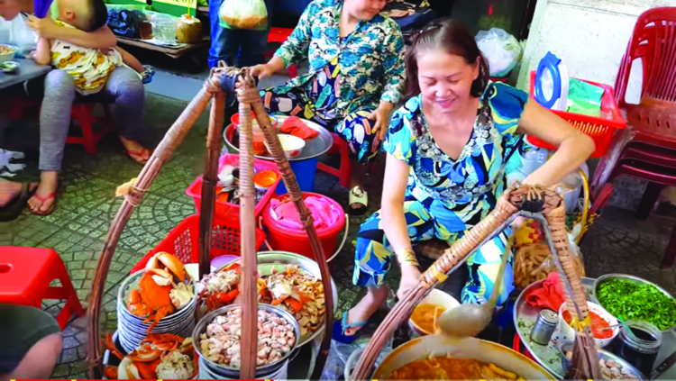 68Gánh bánh canh cua tại chợ Hòa Bình.