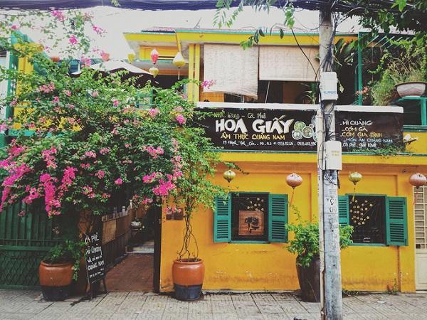 Tọa lạc trên con đường nhỏ Huỳnh Tịnh Của ở quận 3, quán Hoa Giấy dễ dàng để nhận ra bởi sắc vàng có chút cổ kính đặc trưng của phố cổ Hội An.