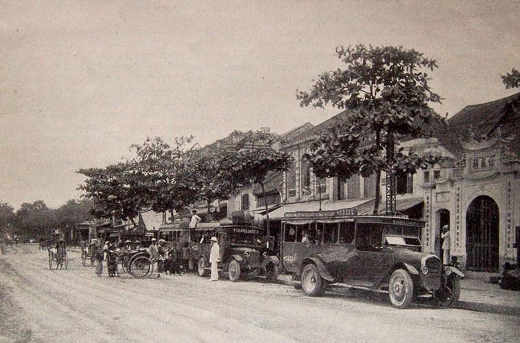 Với sự thịnh hành của việc du lịch bằng ô tô, dịch vụ xe buýt đã phát triển mạnh, góp phần kết nối hiệu quả các khu vực của Đông Dương. Ảnh: Một điểm đón trả khách của xe buýt ở phố Clemenceau (nay là đường Trần Nhật Duật) Hà Nội năm 1928.