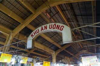 Nằm cuối chợ Bến Thành, lâu nay khu ăn uống hội tụ nhiều món đặc trưng miền Nam, là điểm dừng chân quen thuộc của du khách khi đến Sài Gòn. Nơi này mở cửa từ sáng đến tầm 17h, vì vậy nếu muốn khám phá ẩm thực ở đây, bạn phải đi vào ban ngày.