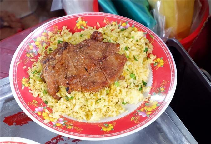Hoặc cơm chiên dương châu ăn với sườn nướng cũng trông khá hấp dẫn dù trình bày món ăn không mấy đẹp mắt.