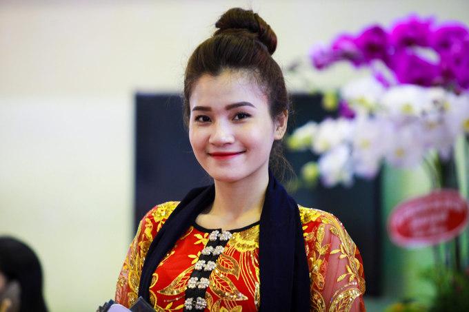 """Mạ Thị Nim đến từ Lai Châu cho biết: """"Chúng tôi đi xe khách từ Lai Châu, để vào TP HCM để tham gia hội chợ. Người miền Nam có vẻ rất thích văn hóa của đồng bào miền núi phía Bắc. Từ sáng đến giờ rất nhiều người đã vào tham quan và tìm hiểu về các sản phẩm du lịch của chúng tôi""""."""