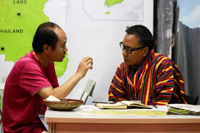 """Năm nay đại diện từ một số quốc gia như Bhutan, Myanmar... cũng có gian trưng bày riêng tại hội chợ. Đây là những điểm đến mới được người Việt đặc biệt quan tâm. Anh Nguyễn Hùng Sơn cho biết: """"Những gian hàng của các nước hầu như không bán tour trực tiếp nhưng họ rất chịu khó lắng nghe và giải đáp các thắc mắc cho du khách. Sau khi được tư vấn, tôi quyết định sẽ đi Bhutan, hi vọng hôm nay sẽ săn được một tour giá tốt"""""""