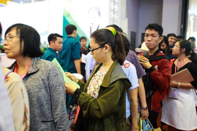 Đại diện một công ty lữ hành tại TP HCM cho biết, phần lớn các tour bán được trong sáng nay là tour trong nước ngắn ngày. Thái Lan, Singapore, Đài Loan vẫn là những điểm đến quốc tế được yêu thích. Hầu hết các tour du lịch trong hội chợ đều được giảm giá, có nhiều đơn vị đưa ra ưu đãi đến 50%.