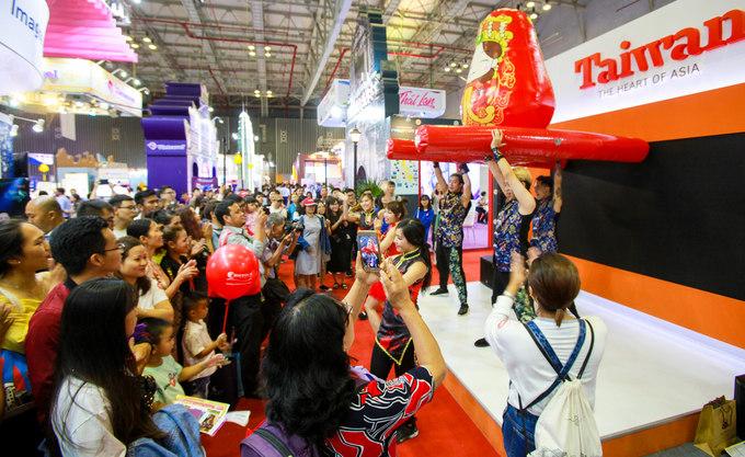 Gian hàng của Đài Loan với màn trình diễn rước kiệu Thiên Hậu Ma Tổ thu hút nhiều khách tham quan.