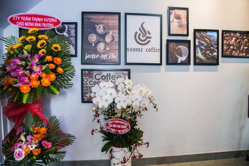 SSome Coffee nhận được nhiều hoa chúc mừng khai trương từ quan khách và bạn bè
