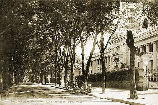 Hàng cây me ở đường Rue de Lagrandière chạy ngang qua Dinh Thống đốc Nam Kỳ vào năm 1907. Đây là con đường được hủy tên Pháp sớm nhất để đặt lại tên Việt. Năm 1945 đường được đổi tên thành đường Gia Định và sau năm 1975 là đường Lý Tự Trọng.