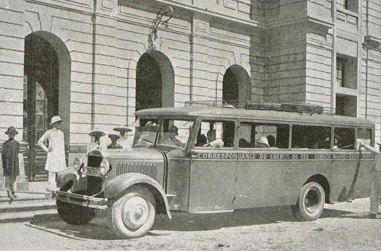 Giá trị nhập khẩu của những chiếc ô tô cũng tăng chóng mặt. Nếu như vào năm 1915, tổng giá trị nhập khẩu ô tô vào Đông Dương chỉ đạt mức 1 triệu franc thì vào năm 1920, con số này là 33 triệu franc. Ảnh: Xe khách ở Đà Nẵng.