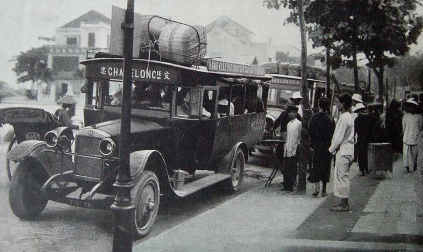 Sự phát triển này thể hiện qua số liệu: Ở Nam Kỳ vào năm 1921 có 245 công ty giao thông công cộng, với 649 xe ô tô. Đến năm 1925, có số này tăng lên xấp xỉ gấp đôi, với 513 công ty và 1.075 xe ô tô. Ảnh: Cảnh tượng nhộn nhịp ở bến xe Clemenceau.