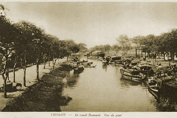 Kênh Bonnard. Đây còn được gọi là Kênh Bãi Sậy hay Kênh Hàng Bàng vì trên bờ kênh trồng hai hàng cây bàng. Ngày xưa, con kênh này rất quan trọng ở vùng Chợ Lớn vì ghe thuyền theo kênh để ra vào chợ Bình Tây. Ngày nay, kênh đã bị nhà cửa, đường sá xây lấp.