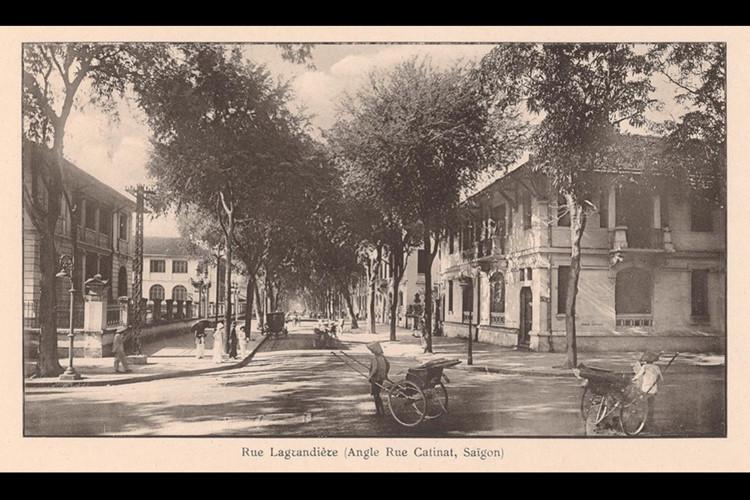 Ngã tư Lagrandière - Catinat (Lý Tự Trọng - Đồng Khởi). Tòa nhà bên trái là Dinh Thượng thơ Nội Vụ (Direction de l'Intérieur). Ảnh: Ludovic Crespin.