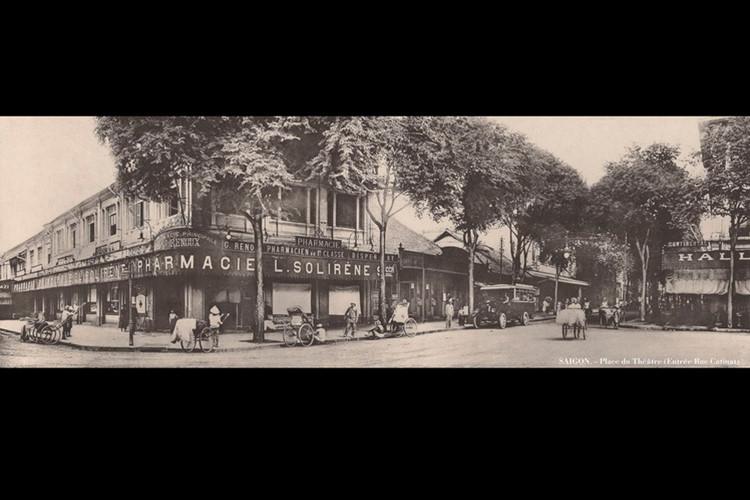 Quảng trường Nhà hát, lối vào đường Catinat (giao lộ Đồng Khởi - Lê Lợi ngày nay). Ảnh: Ludovic Crespin.