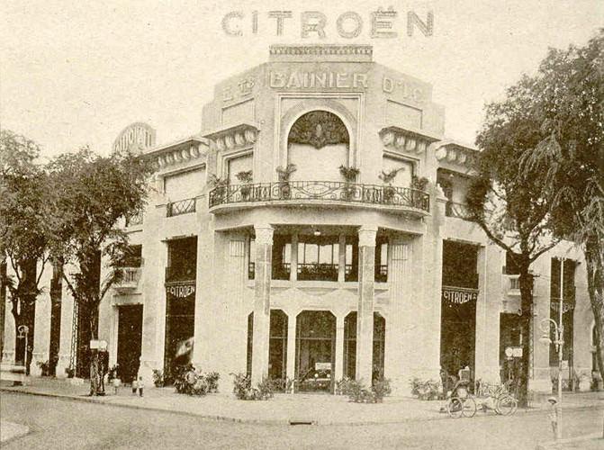 Năm 1921, giá trị nhập khẩu giảm xuống còn 13 triệu franc khi thuế nhập khẩu được hạ 50%. Vào năm 1927, chỉ riêng Nam Kỳ đã nhập khẩu 2.092 ô tô với trị giá 55 triệu franc. Ảnh: Garage xe hơi Bannier ở Sài Gòn, những năm 1930 (nay là khách sạn REX).