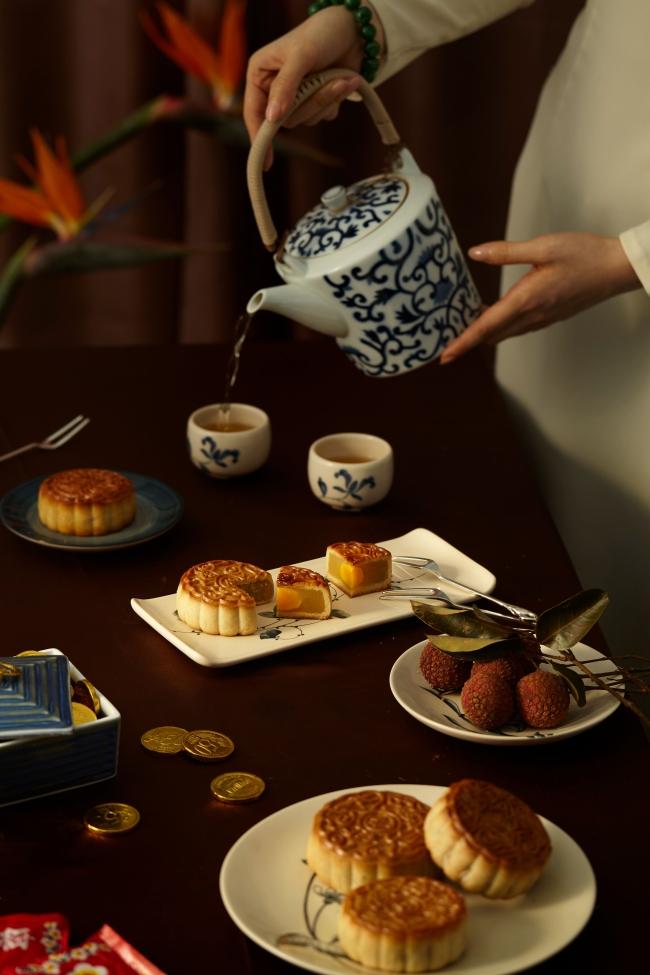 Khách sạn Park Hyatt Sài Gòn kết hợp với thương hiệu Moon n Soon cho ra mắt BST bánh nướng mang hương vị truyền thống
