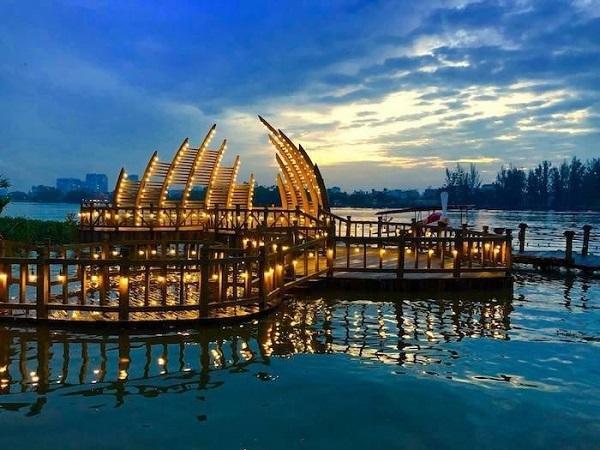 """Tọa lạc tại một phim trường ở TP. Hồ Chí Minh, cây cầu tình yêu với thiết kế đặc biệt đang tạo ra sức hút cực kỳ lớn với du khách. Cách gọi """"cầu tình yêu"""" ở đây có lẽ xuất phát từ thiết kế đặc biệt của cây cầu. Nếu nhưcầu tình yêuở Đà Nẵng thu hút bởi những cột đèn gắn hình trái tim đỏ thắm thì cầu tình yêu ở đây có thiết kế từng đoạn cầu uốn theo hình trái tim nối liền với nhau."""
